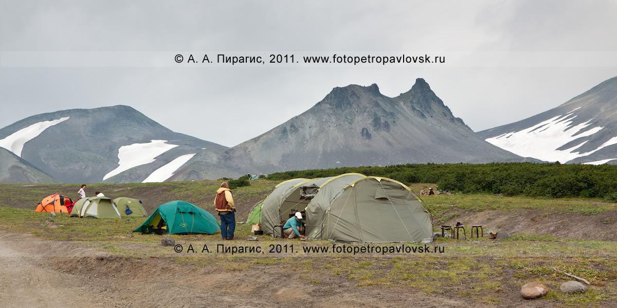 Туристический лагерь на Авачинском перевале на фоне горы Верблюд
