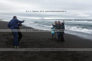 Туристы отдыхают на Халактырском пляже
